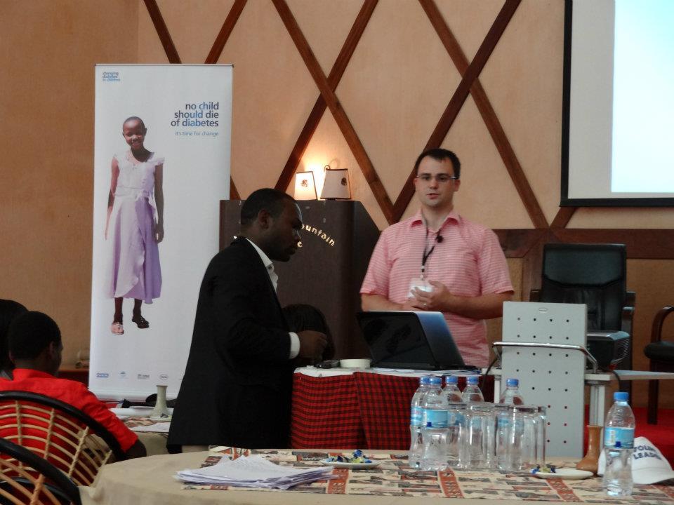 Jan am Rednerpult in Tanzania